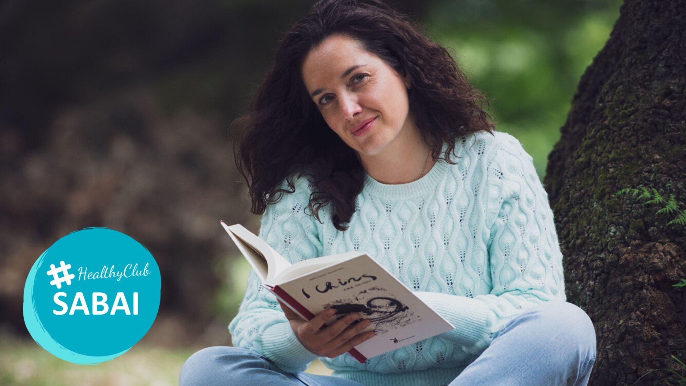 Irene Marañón sentada relajada, leyendo sobre medicina china