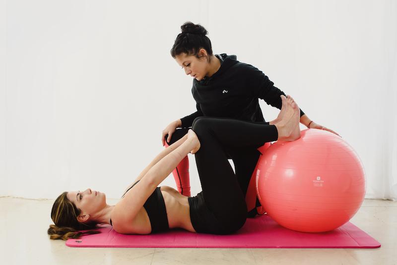 Vero Castro de Wellness Core Gijón, marcando un ejercicio hipopresivo durante un entrenamiento personal.
