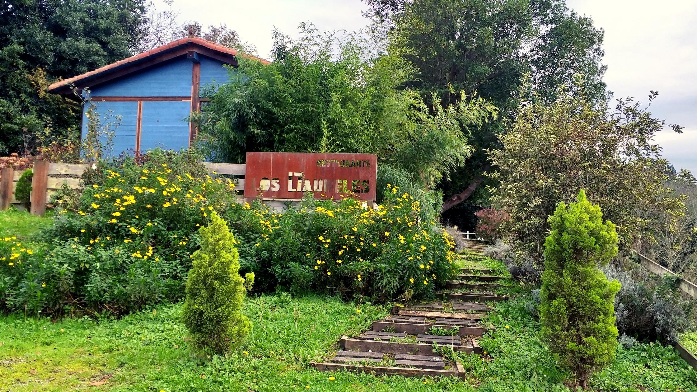 entrada de Los Llaureles, en Torazo. Retiro gastronómico en la naturaleza.