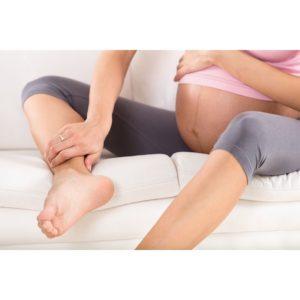 mujer embaraza con piernas hinchadas